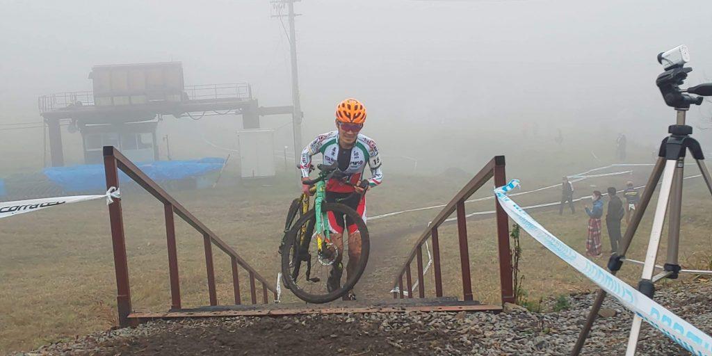 シクロクロスバイクを持って階段を駆け上がるTNG。