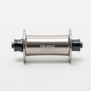 imeZiのオリジナルハブIM-250はメンテナンスがしやすく剛性の優れたハブで、これはチタン色のフロントハブです。