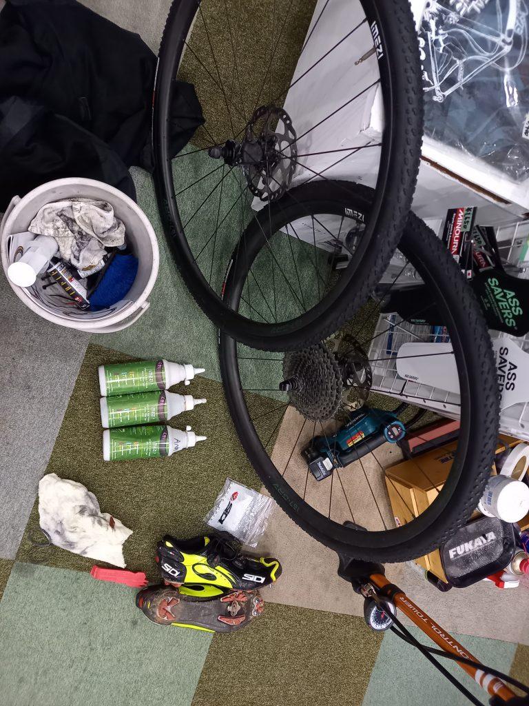 getting ready to race レースに向けての準備で、ホイール、タイヤ、シーラント、スパイク等の写真